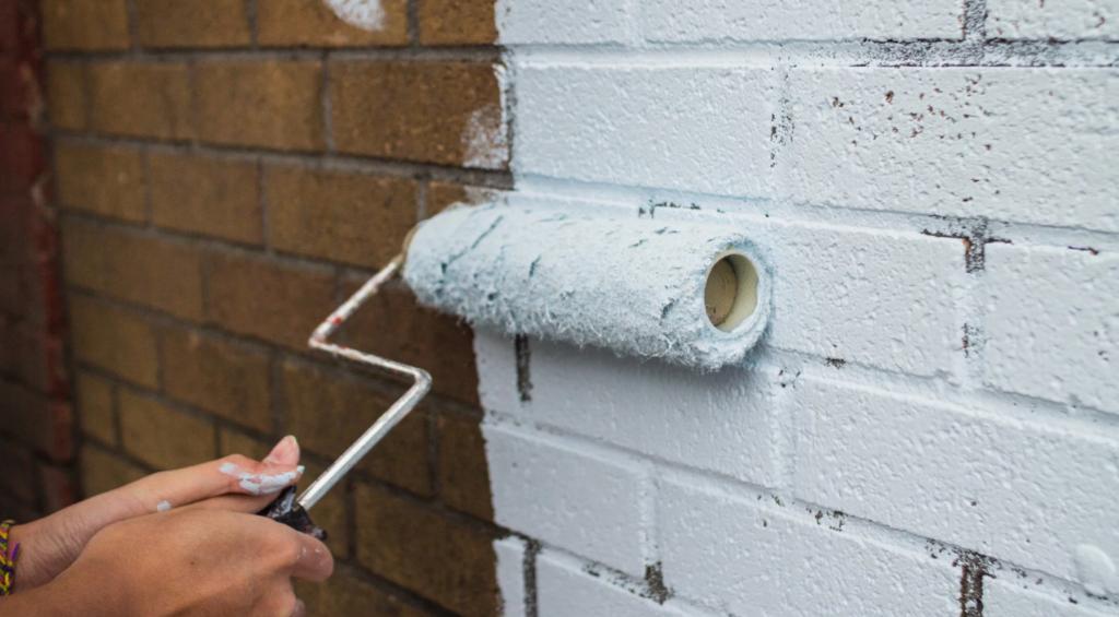 Как покрасить старую кирпичную стену своими руками 90