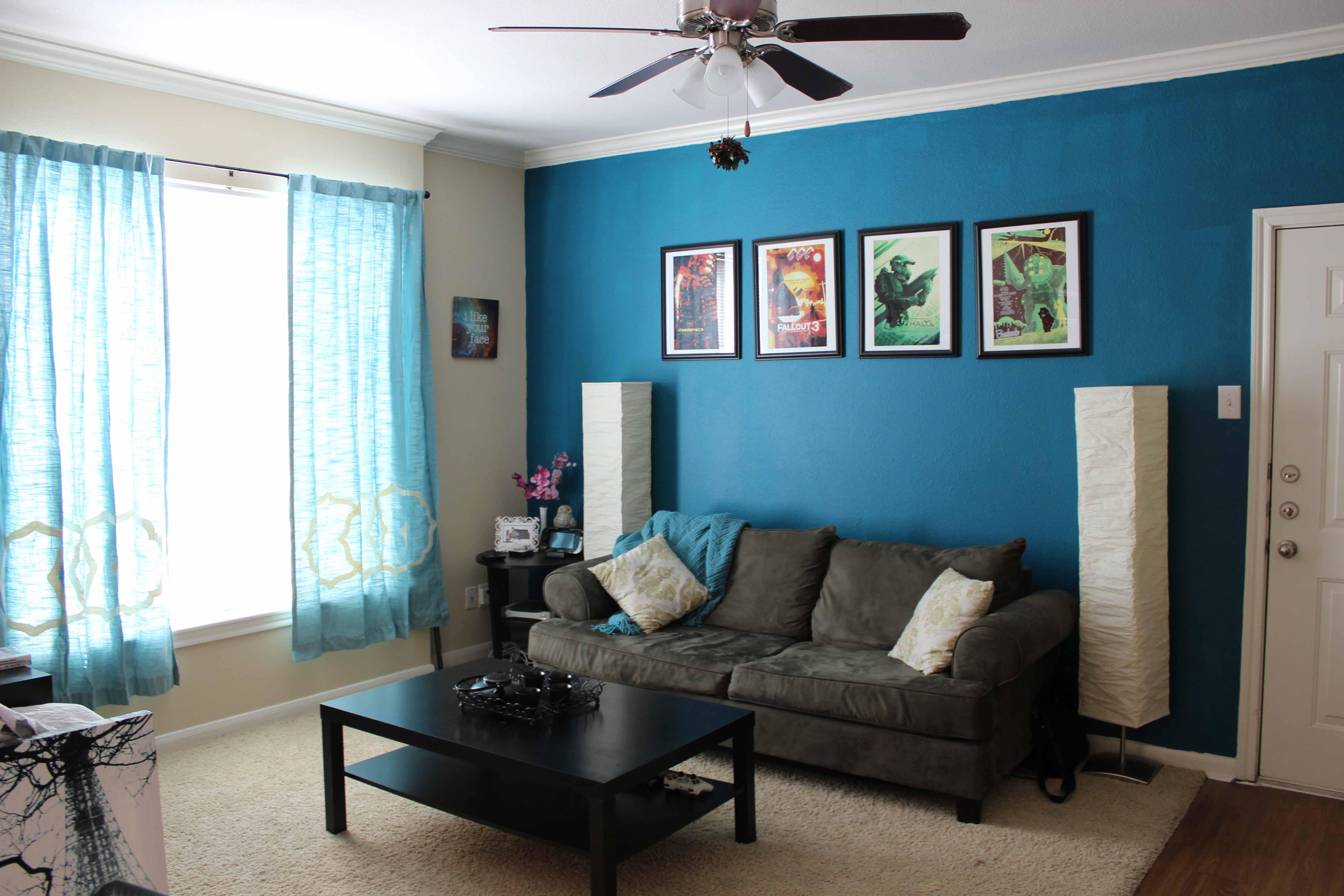 Интерьер зала с синими обоями