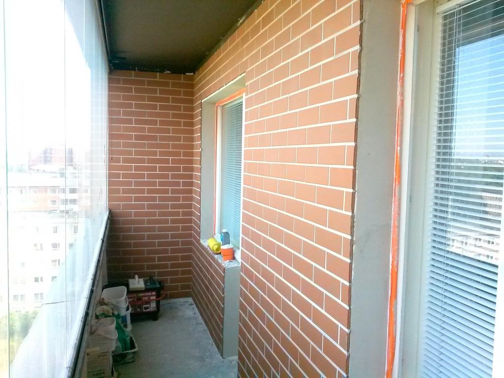 Отделка балкона своими руками кирпичные стены.