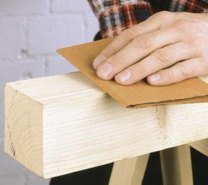 Обработка древесины наждачкой