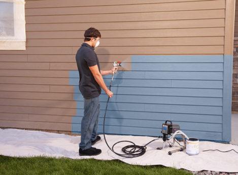 Покраска стены с помощью краскопульта