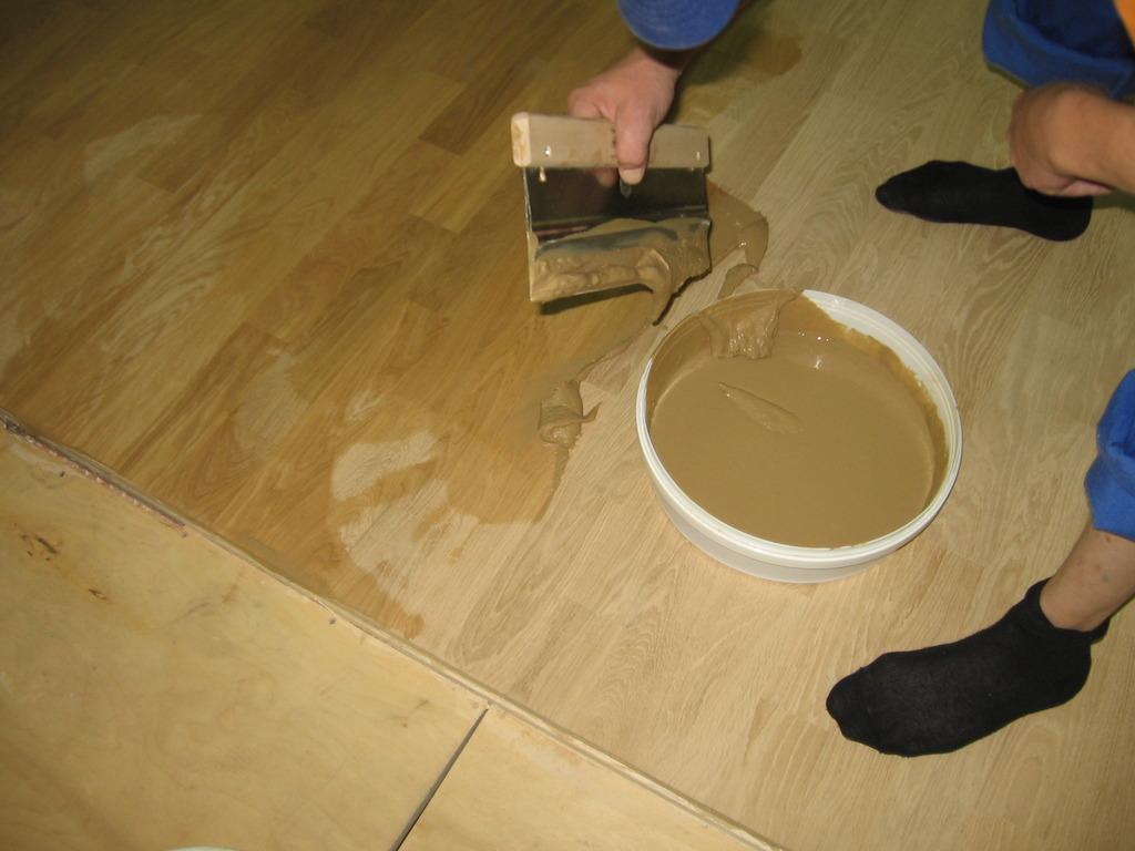 пристает ли алебастр к деревянному полу