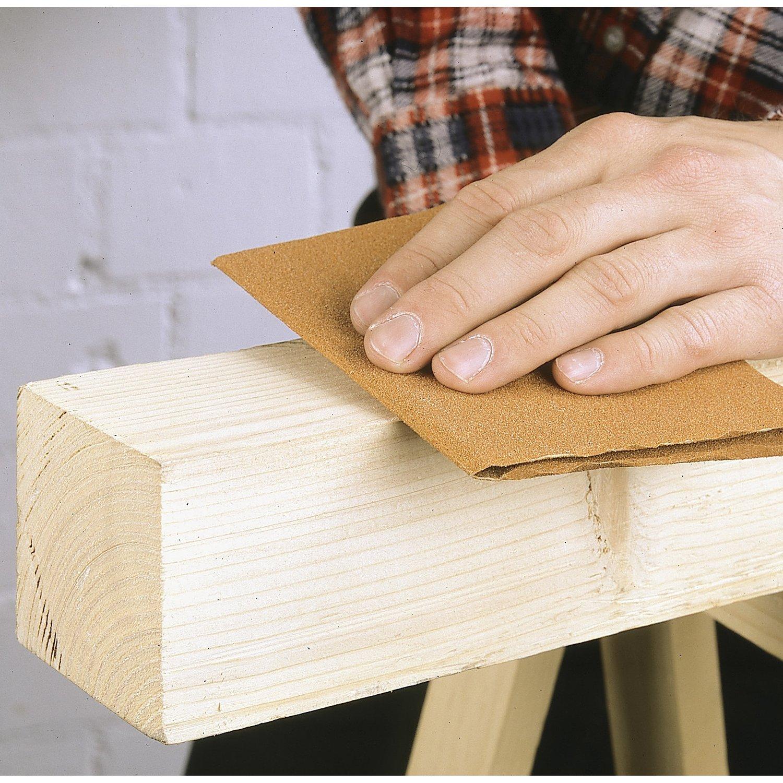 Обработка дерева наждачной бумагой