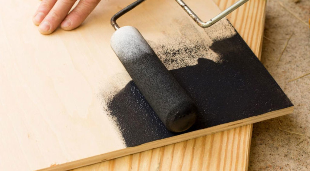 окрашивание фанеры поролоновым валиком