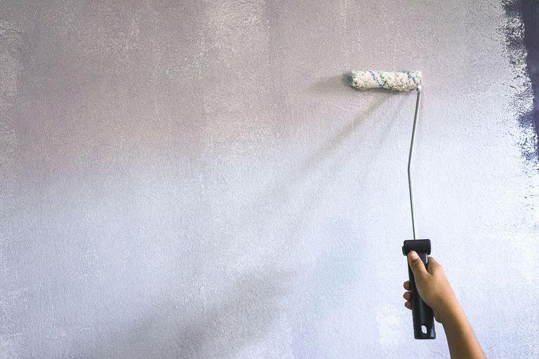 Грунтование поверхности стены