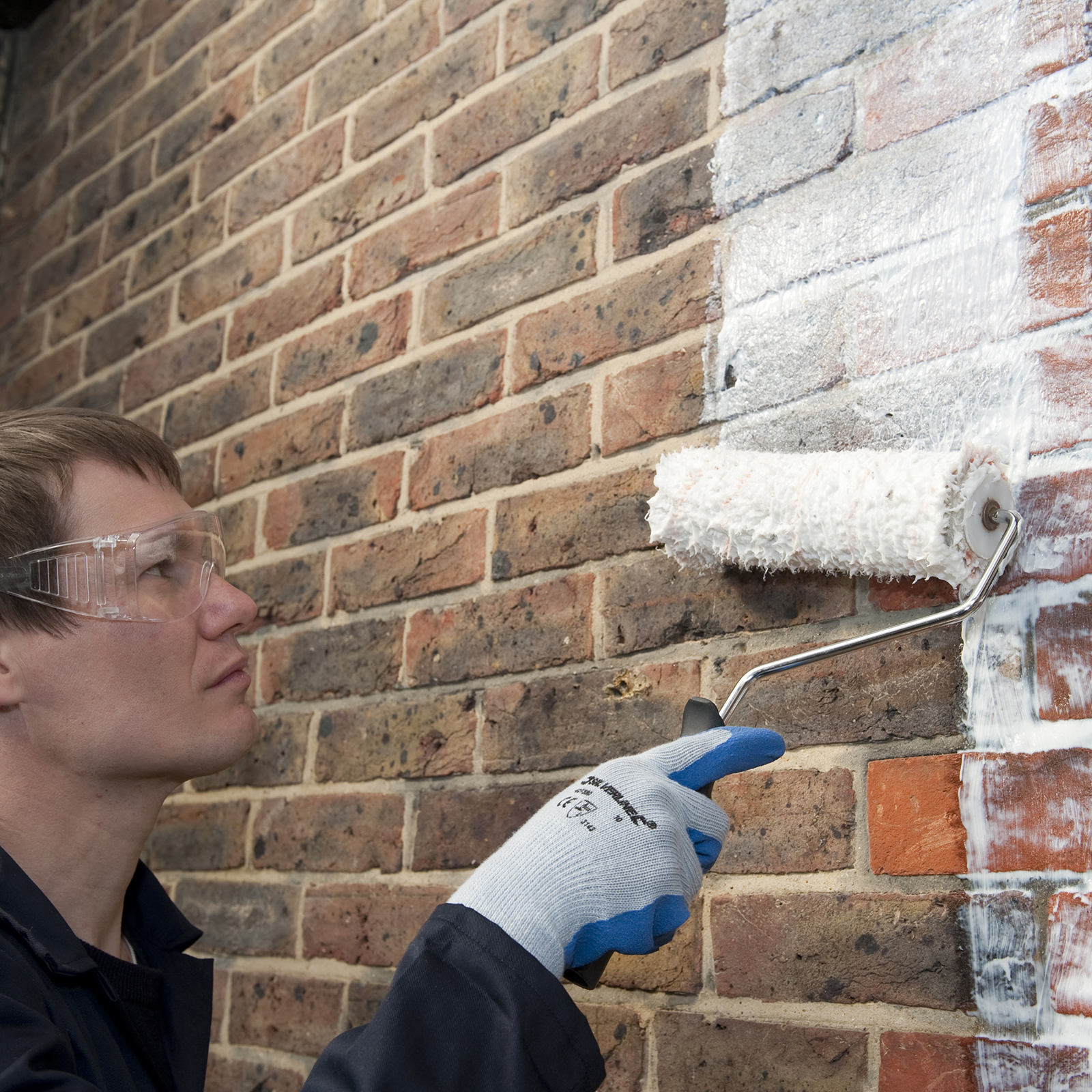 Как покрасить кирпичную стену на балконе?.
