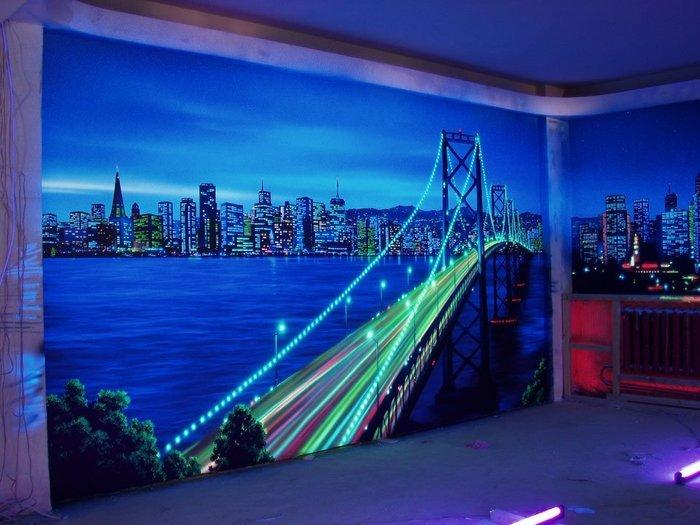 Картина на стене флуоресцентными красками