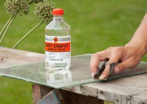 Очистка стекла уайт-спиритом