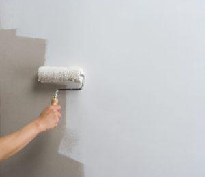 Покраска стен белой краской