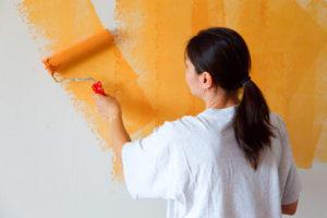 Покраска стен в оранжевый