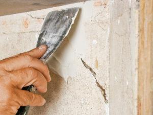 Шпаклевка трещины в стене