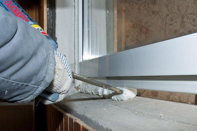 уплотнение и герметизация щелей, стыков при установке пластиковых окон и других конструкций.