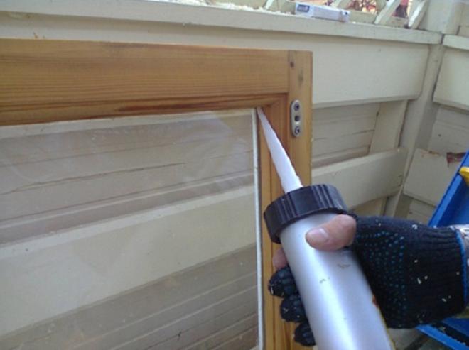 наносить герметик для окон нужно под острым углом