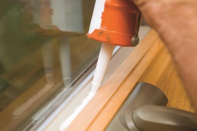 Устранение монтажных зазоров в дверных коробках и оконных рамах акриловым герметиком
