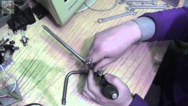 процесс разборки пистолета для монтажной пены