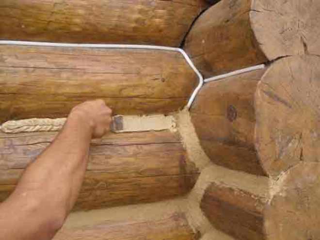 Заполнение стыков в деревянных конструкциях акриловым герметиком