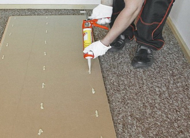 Процесс приклеивания пвх панелей на клей для ПВХ панелей