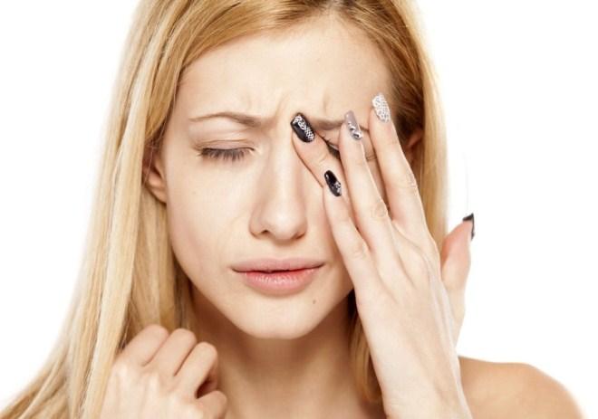 При попадании на слизистую глаз